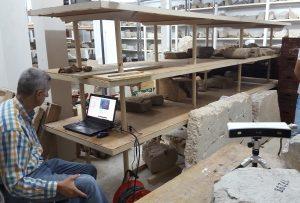 Numérisation d'une inscription dans les réserves du Musée de Delphes